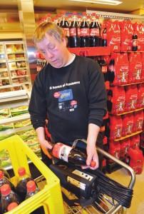 Person med aniridi bruker teknisk hjelpemiddel i sitt arbeid