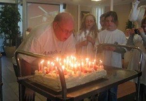 Arvid blåser ut lysene på bursdagskaken