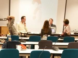 Foredragsholderene i engasjert diskusjon etter programmet.